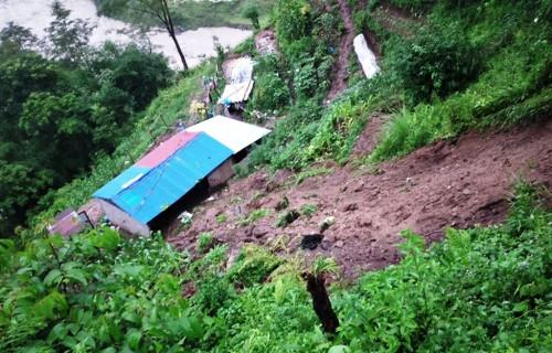 पहिरोमा पुरिएर पोखरा र लमजुङमा १० जनाको मृत्यु